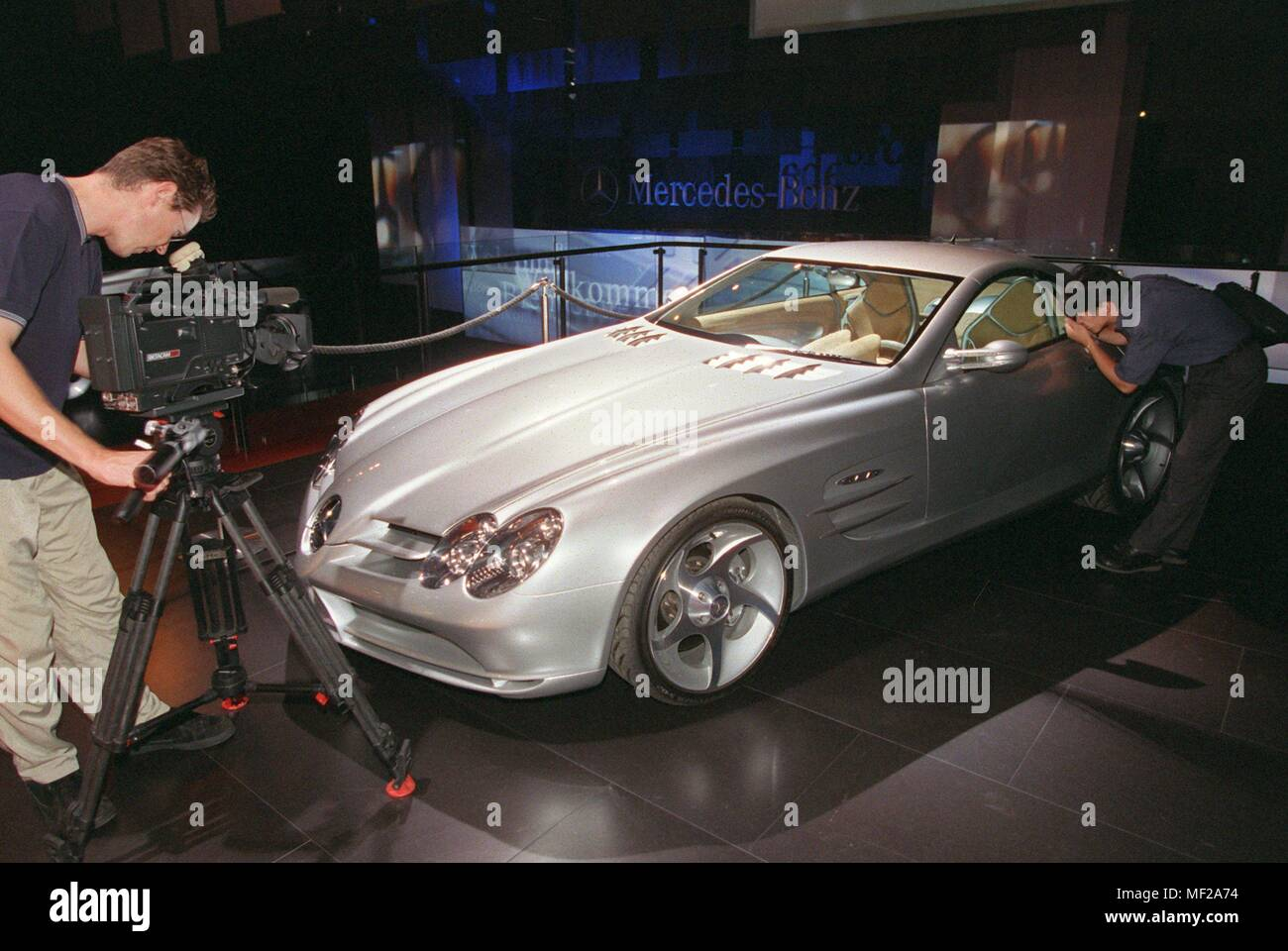 Mercedes presents the coupe version of the super sports car Vision SLR at the International Motor Show (IAA) in Frankfurt on 14.9.1999. He has the conspicuous, elongated bonnet, flared fender and Flugelturen. The Roadster is more than a 'show car', he gives a realistic taste of tomorrow's Mercedes-Benz sports car, said Professor Jurgen Hubbert, management member of DaimlerChrysler at the presentation of the study. The futuristic roadster is powered by a V8 engine with 410 kW/557 hp. Dawith is said to accelerate the car to 100 km/h in 4.2 seconds and reach a top speed of 320 km/h. | usage - Stock Image