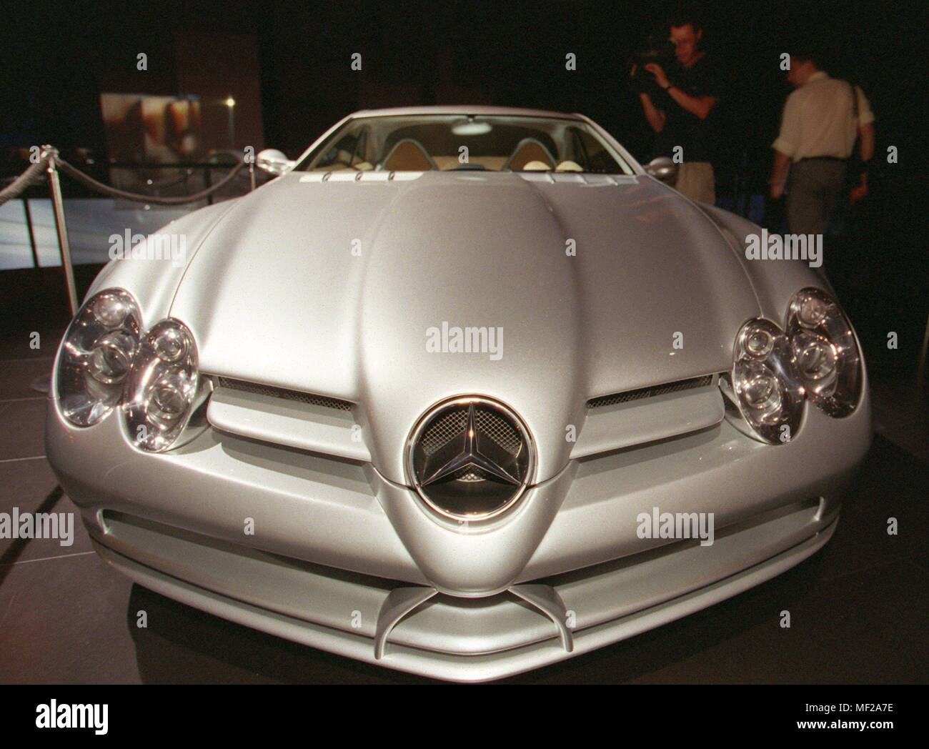 Mercedes presents a new study of the Super sports car Vision SLR at the International Motor Show (IAA) in Frankfurt on 14.9.1999. As with the coupe, whose series production was already decided in July this year, also has the roadster on the conspicuous, elongated bonnet, flared fender and Flugelturen. The Roadster is more than a 'show car', he gives a realistic taste of tomorrow's Mercedes-Benz sports car, said Professor Jurgen Hubbert, management member of DaimlerChrysler at the presentation of the study. The futuristic roadster is powered by a V8 engine with 410 kW/557 hp. Dawith is said t - Stock Image