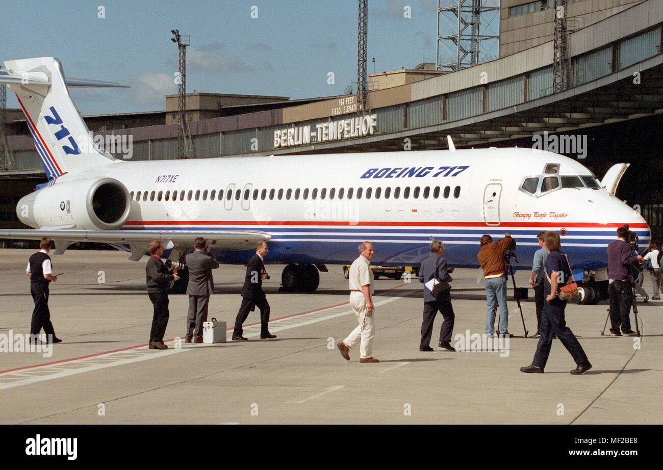 Journalists run on 23.6.1999 to the new Boeing 717/200 at the airport Berlin-Tempelhof. The machine, equipped with BMW Rolls-Royce engines from Dahlewitz near Berlin, landed for the first time in the German capital. The two-engine aircraft, which was developed with 100 seats for regional traffic, already has 117 firm orders and 110 options. | usage worldwide - Stock Image