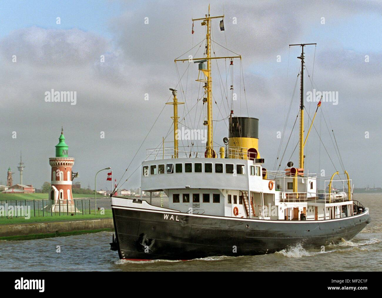The steam icebreaker 'Wal' happened after a Heligoland trip on 3 May 1998 the bell tower at the Kaiserschleuse in Bremerhaven. The museum ship of a Bremerhaven-based Forderverein, which is powered by a 1,200-hp triple-expansion piston steam engine, turns 60 on May 5, 1998. In 1938 the 'whale' was launched on the Oder Works in Szczecin. Today, he pays to the very few really steam-powered ships and is mainly used for guest trips. | usage worldwide - Stock Image