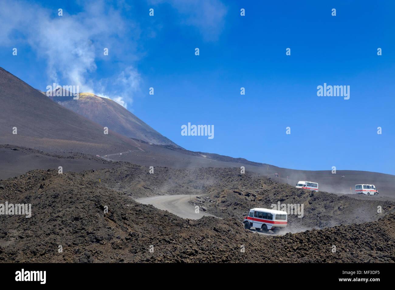 Jeeps, Allrad Busse, Gipfel Auffahrt, Funivia dell´ Etna, Vulkan Ätna, Provinz Catania, Silzilien, Italien, - Stock Image