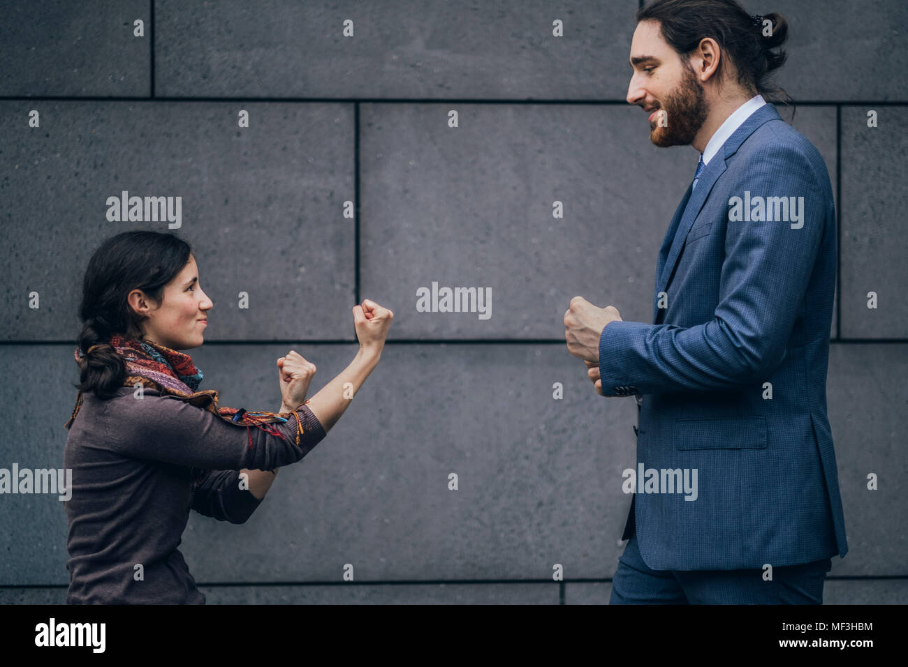 Businessman and woman fighting - Stock Image