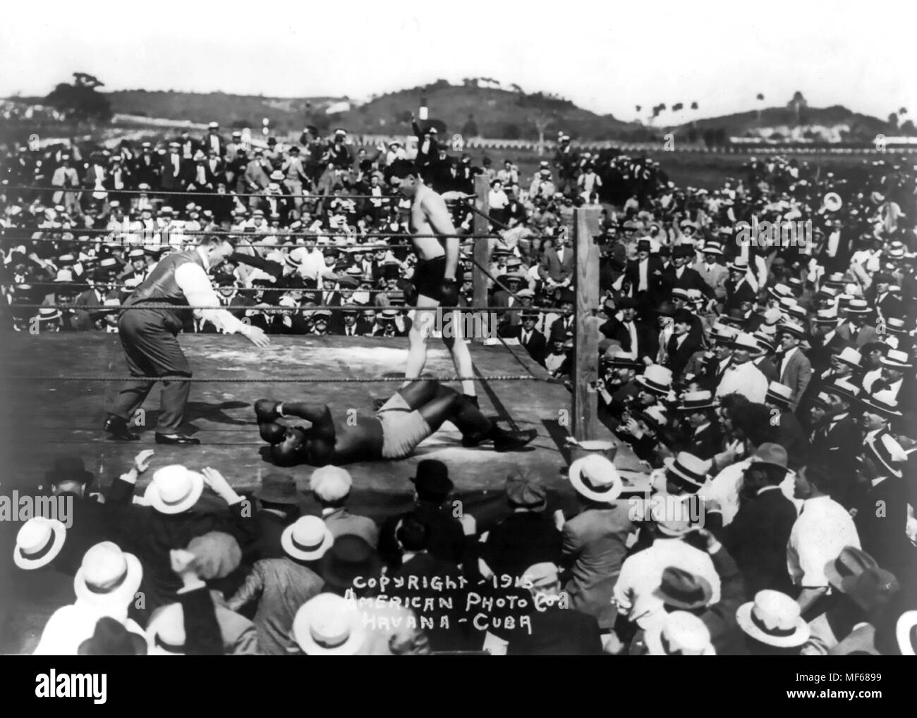 JACK JOHNSON (1878-1946) American heavyweight boxer is defeated by Jess Willard at the Oriental Park Racetrack in Havana on 5 April 1915 - Stock Image