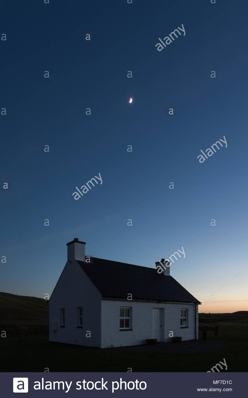 The clubhouse at Traigh Golf Course beneath a clear evening sky - Stock Image