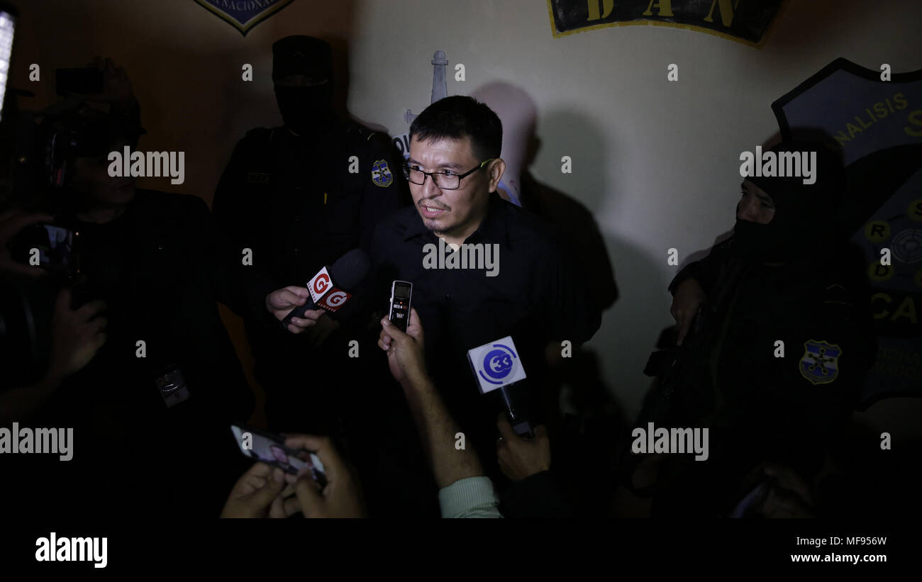 San Salvador, El Salvador. 25th Apr, 2018. Mario Huezo, husband of Karla Turcios, speaks with media during his arrest by the police, in San Salvador, El Salvador, 24 April 2018. The death of the journalist Karla Turcios was added, with the arrest of her spouse on Monday night and the confirmation of the suspicions of the authorities, to the long list of feminicides registered by El Salvador, one of the deadliest countries for women Worldwide. Credit: Rodrigo Sura/EFE/Alamy Live News - Stock Image