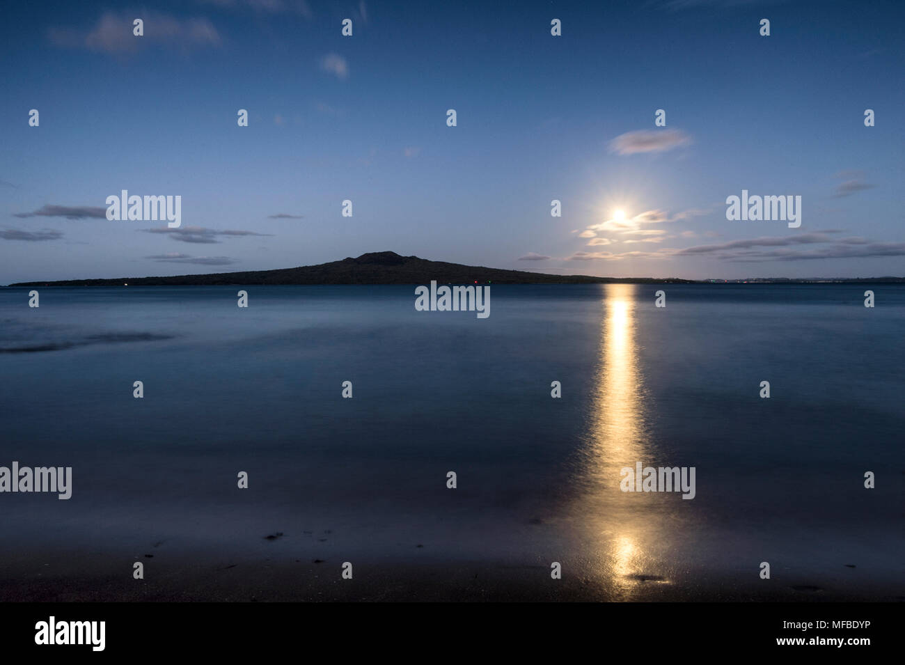 Full moon over Rangitoto Island, Hauraki Gulf Auckland. - Stock Image