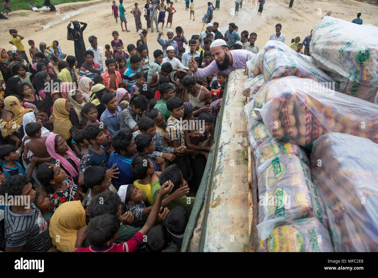 Rohingya refugees scramble for relief materials at kutupalong in Ukhia, Cox's Bazar, Bangladesh - Stock Image