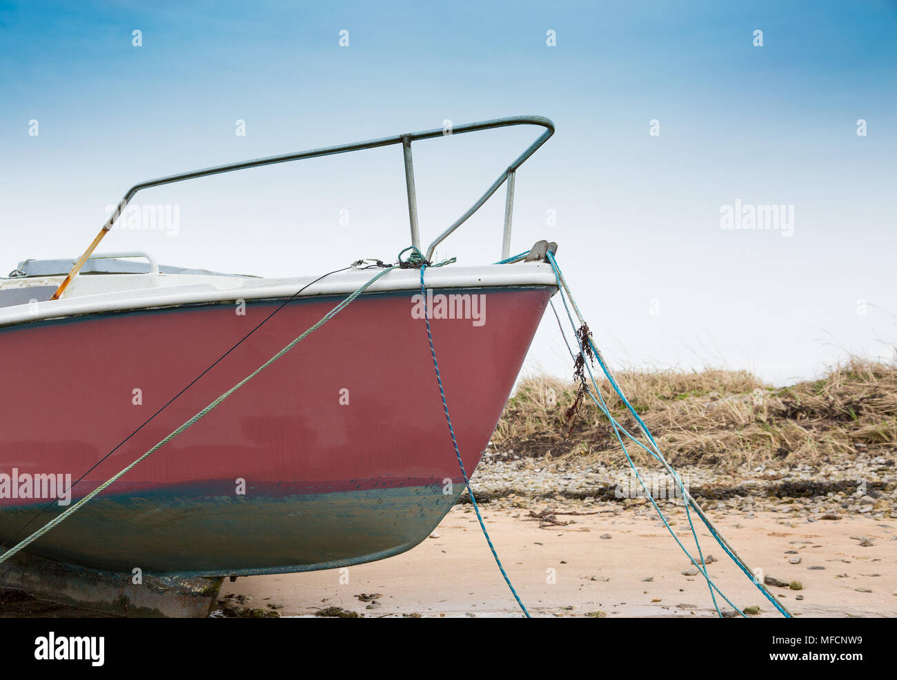 Bow of sail yaght moored at low tide - Stock Image