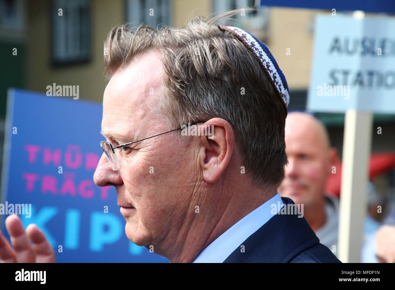 Erfurt, Germany. 25 April Germany, Germany, Erfurt: Premier of Thuringia, Bodo Ramelow of the Left Party, wearing a Kippa in the city centre of Erfurt. Participants in the demonstration in front of the new synagogue in Erfurt take a stance against anti-Semitism and exclusion. Photo: Bodo Schackow/dpa-Zentralbild/dpa Credit: dpa picture alliance/Alamy Live News - Stock Image