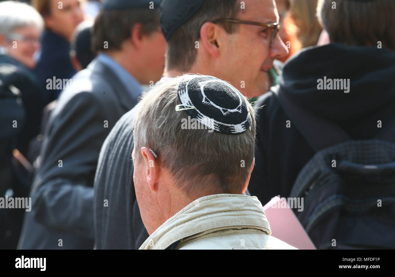 Erfurt, Germany. 25 April Germany, Germany, Erfurt: A participant in a demonstration wearing a Kippa in the city centre of Erfurt. The demonstration in front of the new synagogue in Erfurt takes a stance against anti-Semitism and exclusion. Photo: Bodo Schackow/dpa-Zentralbild/dpa Credit: dpa picture alliance/Alamy Live News - Stock Image