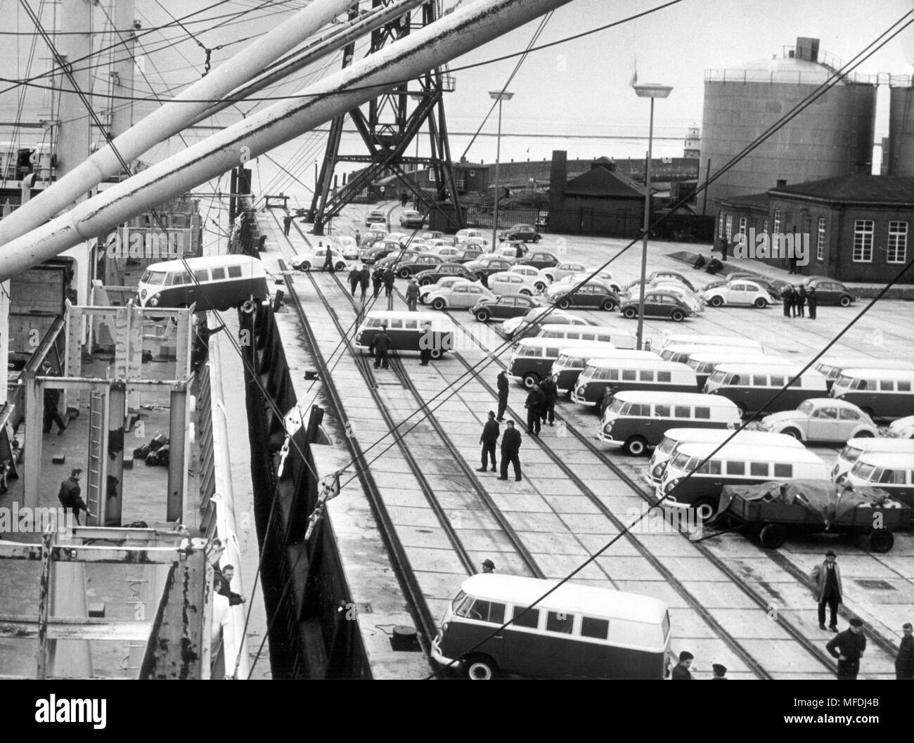 Loading of VW vehicles on the Norwegian special motor vessel 'Jarabella' on March 10, 1965 in the port of Emden. A total of 1125 Volkswagen '1200' and 225 VW transporters were loaded onto the cargo ship for shipment to Baltimore (USA). Further exports will follow. The production in the VW plant in Emden is intended exclusively for the supply of the North American market. In 1964 over 325,000 Volkswagen were sold to the USA. | usage worldwide - Stock Image