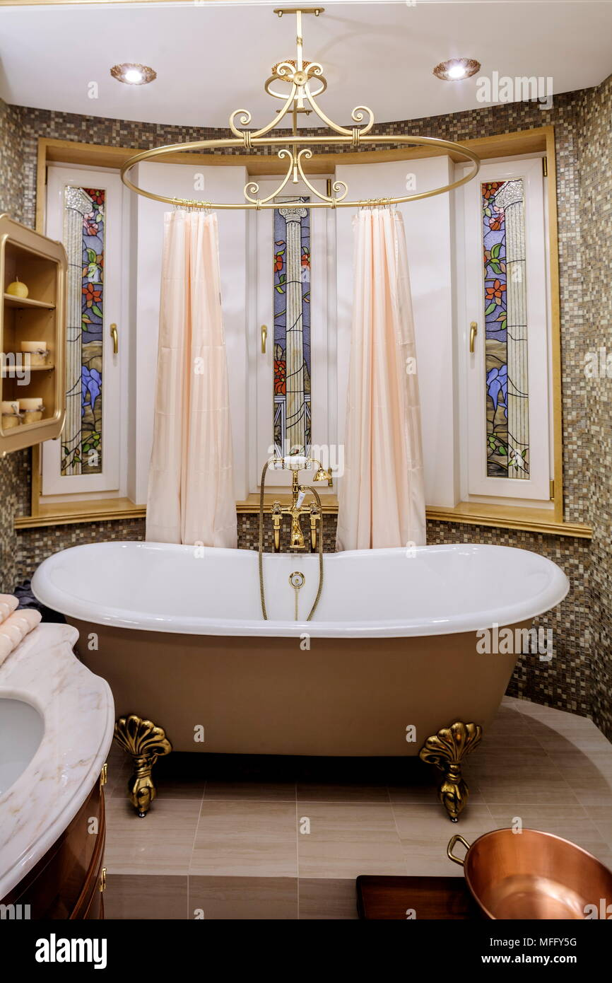bathroom with old-fashioned bathtub Stock Photo: 181674124 - Alamy