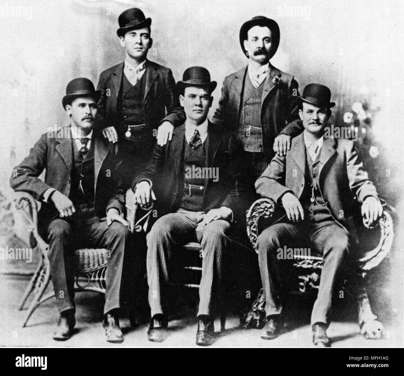 The Wild Bunch, 1900 photo of the notorious gang of Butch Cassidy and the Sundance Kid, also known as the Hole-in-the-Wall Gang, the most successful train-robbing gang in history. This is known as the 'Fort Worth Five Photograph', Front row left to right: Harry A. Longabaugh (The Sundance Kid), Ben Kilpatrick (the Tall Texan), Robert Leroy Parker (Butch Cassidy); Standing: Will Carver, Harvey Logan (Kid Curry) - Stock Image