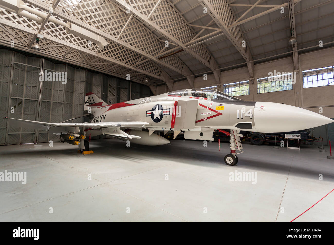 https://c8.alamy.com/comp/MFH48A/duxford-air-museum-england-uk-a-us-navy-phantom-fighter-plane-on-display-in-an-aircraft-hanger-MFH48A.jpg