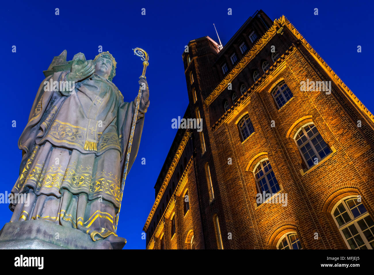 St. Ansgar Statue and Haus der Patriotischen Gesellschaft at Trostbruecke at dusk, Hamburg, Germany, Europe - Stock Image