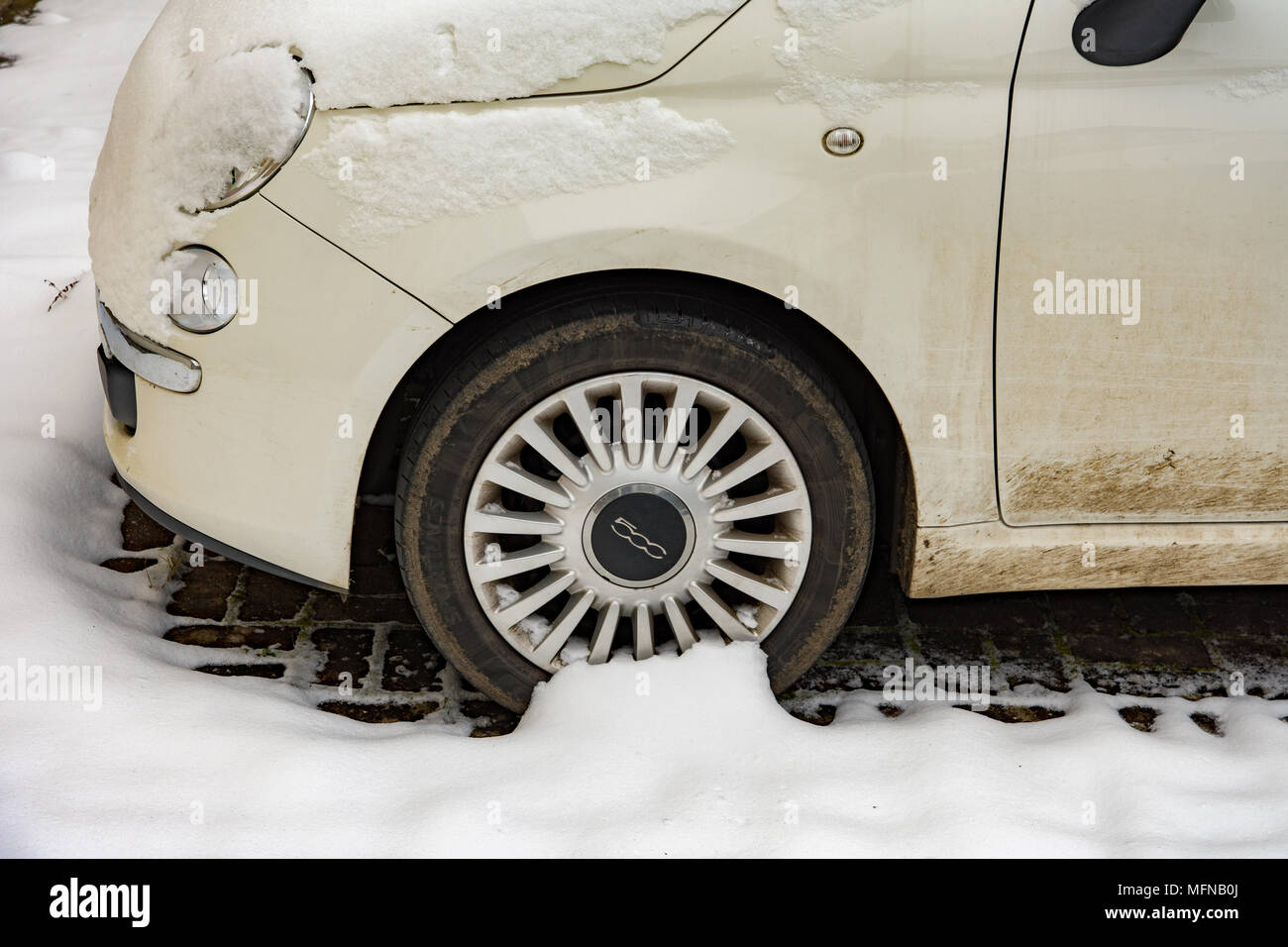 Fiat 500 Lounge in the snow - Stock Image