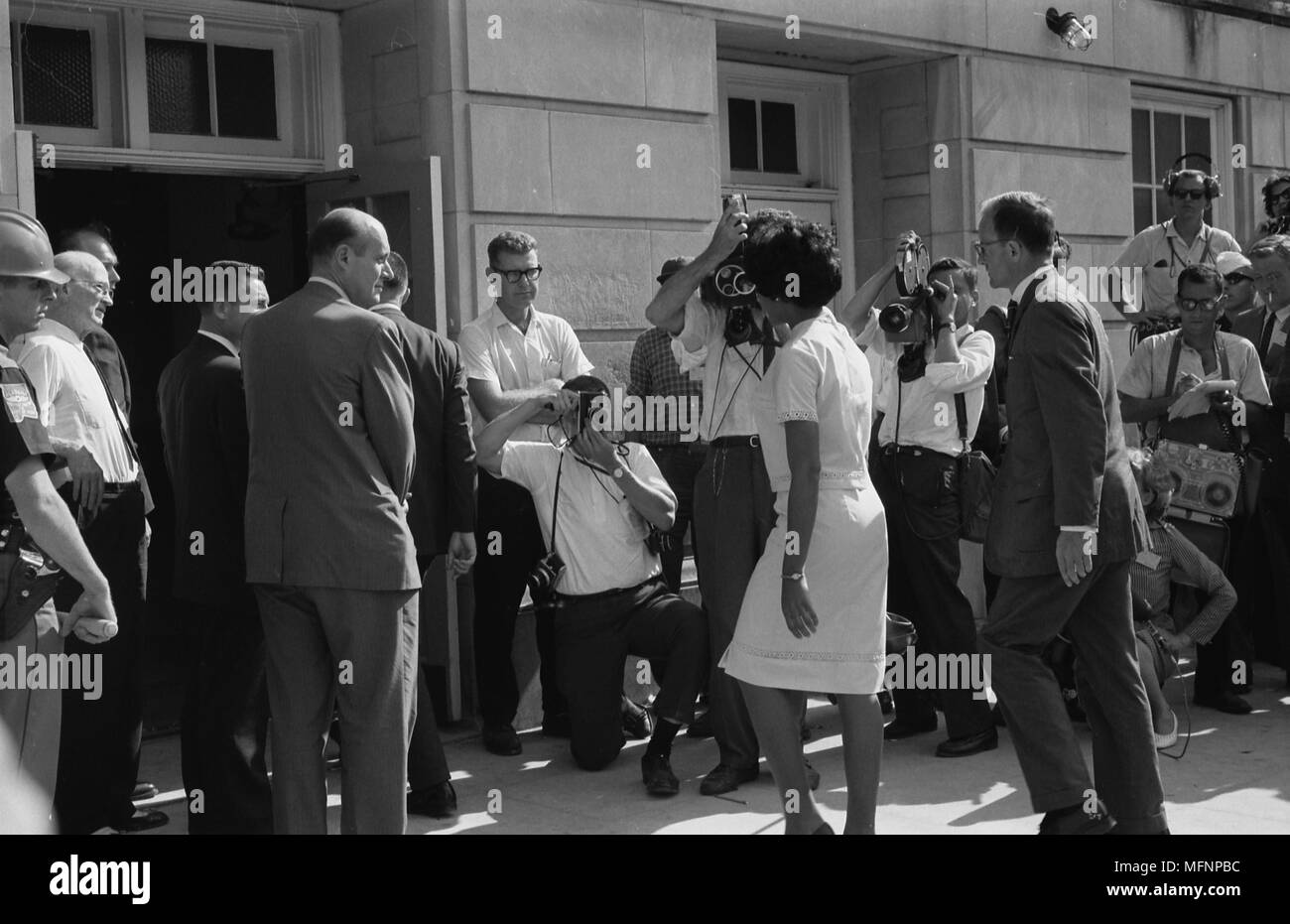 Vivian Malone entering Foster Auditorium to register for classes at the University of Alabama.  One of the first African Americans to attend the university. Photographer:  Warren K.Leffler. - Stock Image