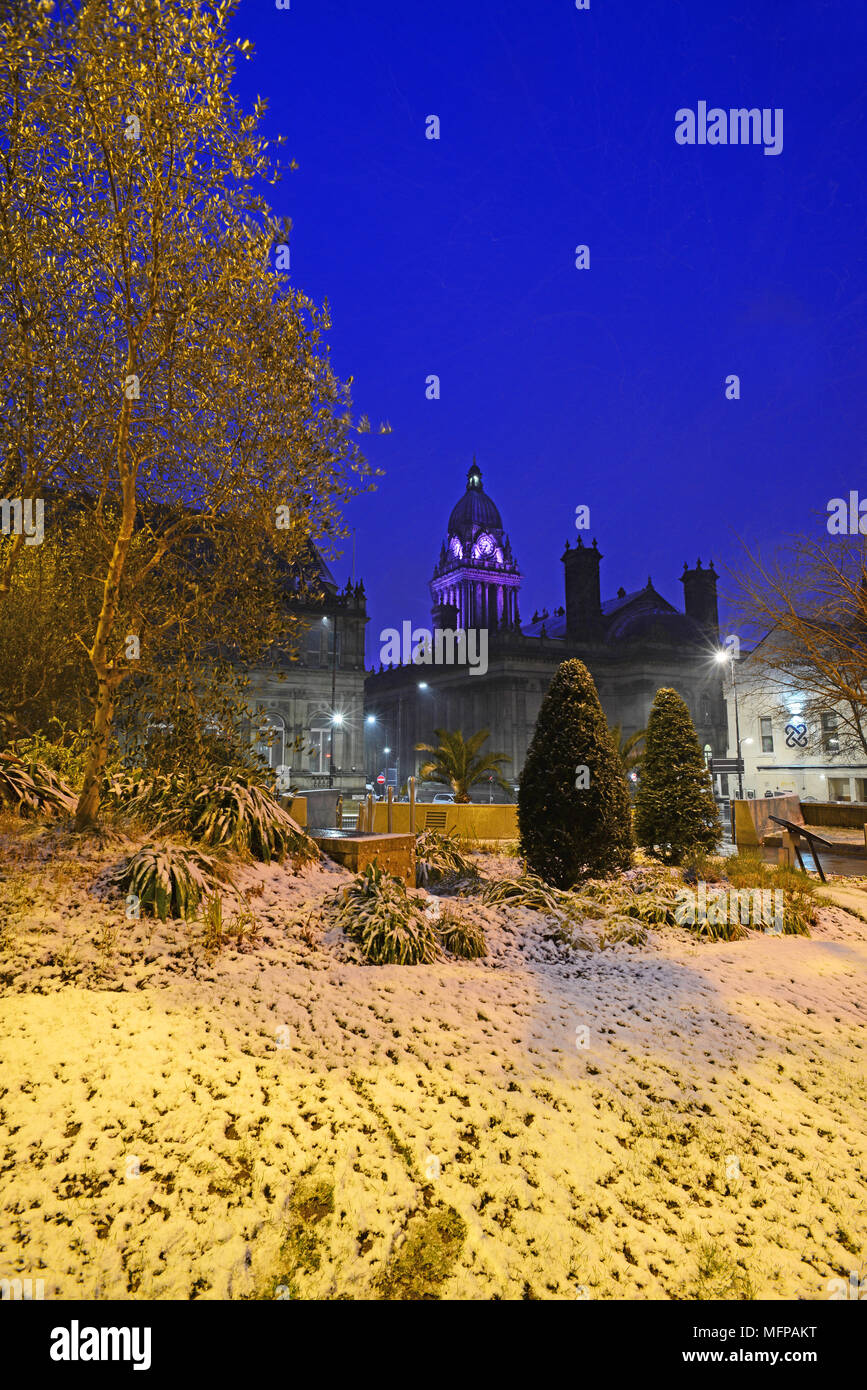 lleds town hall and mandella gardens in heavy winter snow at twilight leeds yorkshire united kingdom - Stock Image