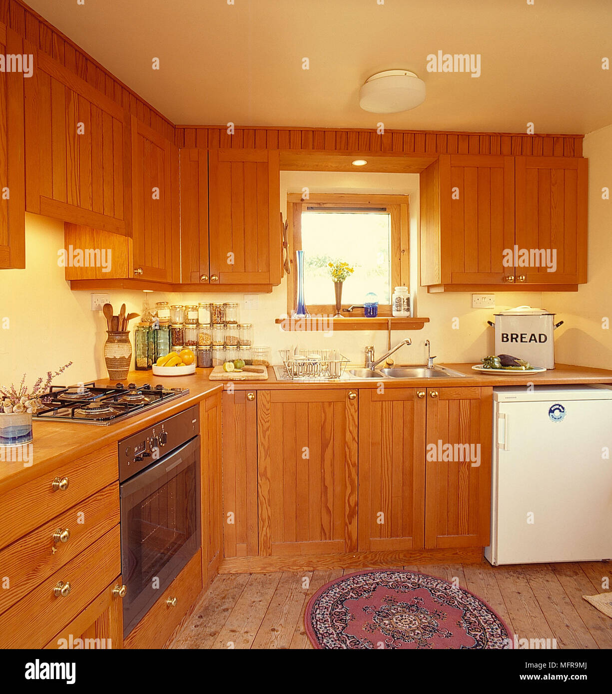 Country Kitchen Bread: Country Kitchen Neutral Walls Wood Units Cooker Hob White