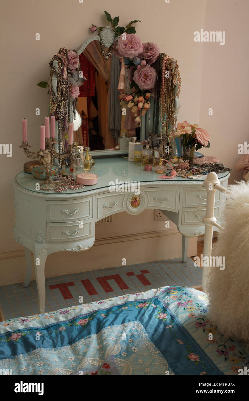 Kidney Shaped Dressing Table With Mirror