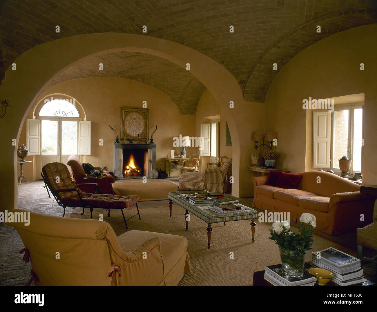 Grand Fireplace W Vaulted Ceilings Beams Open Floor: Fireplace Vaulted Ceiling Stock Photos & Fireplace Vaulted