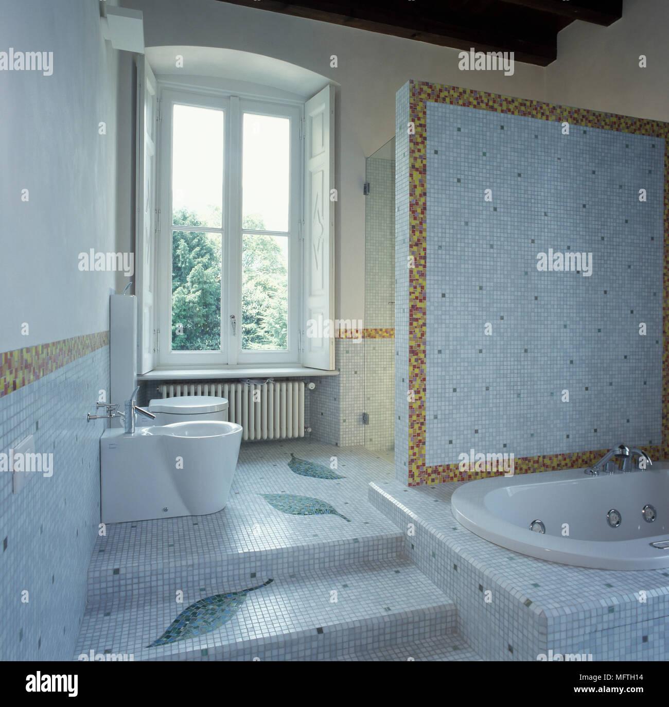 Bathtub Surround Stock Photos & Bathtub Surround Stock Images - Alamy