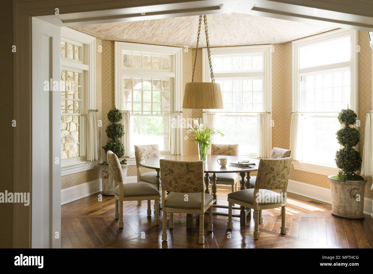 Pendant light above round table in traditional style dining room ...