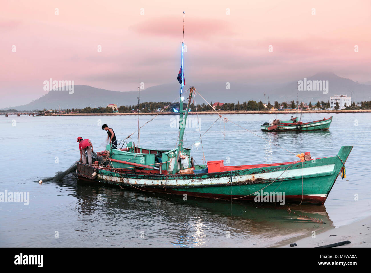 Fishing boats on the Preaek Tuek Chhu river in Kampot town - Stock Image