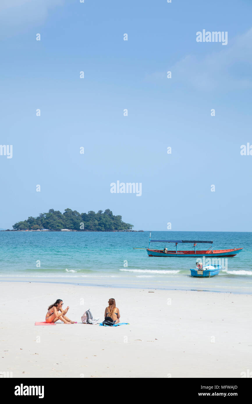 Travellers relaxing on Long Set beach on Koh Rong island in Cambodia - Stock Image