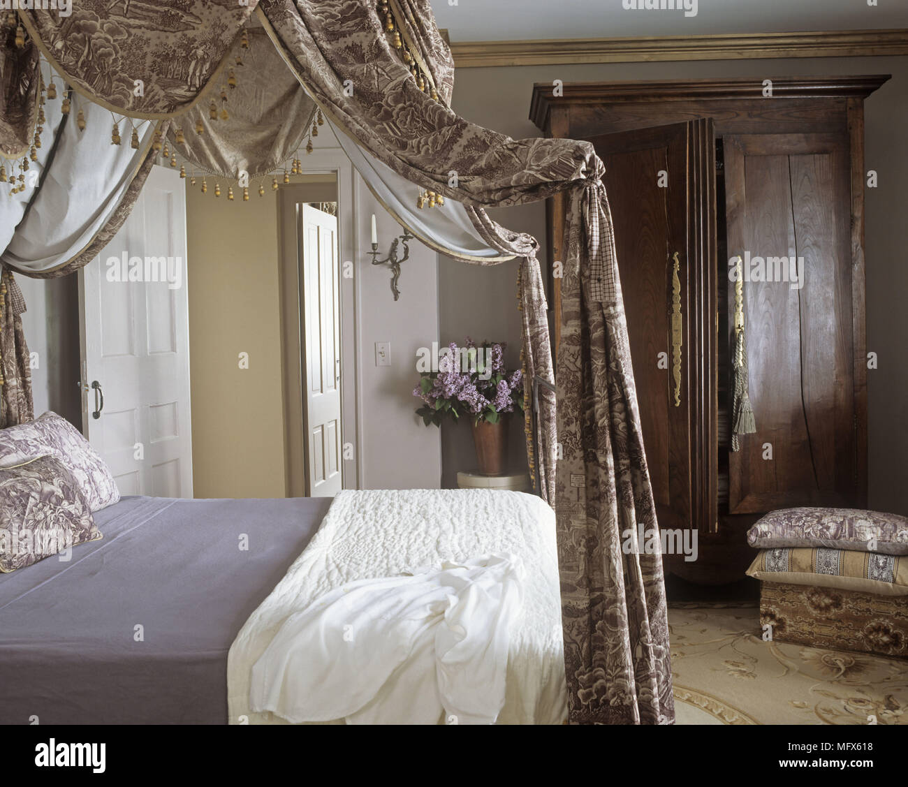 A Traditional Bedroom Four Poster Bed With Drapes Wardrobe Stock Photo Alamy