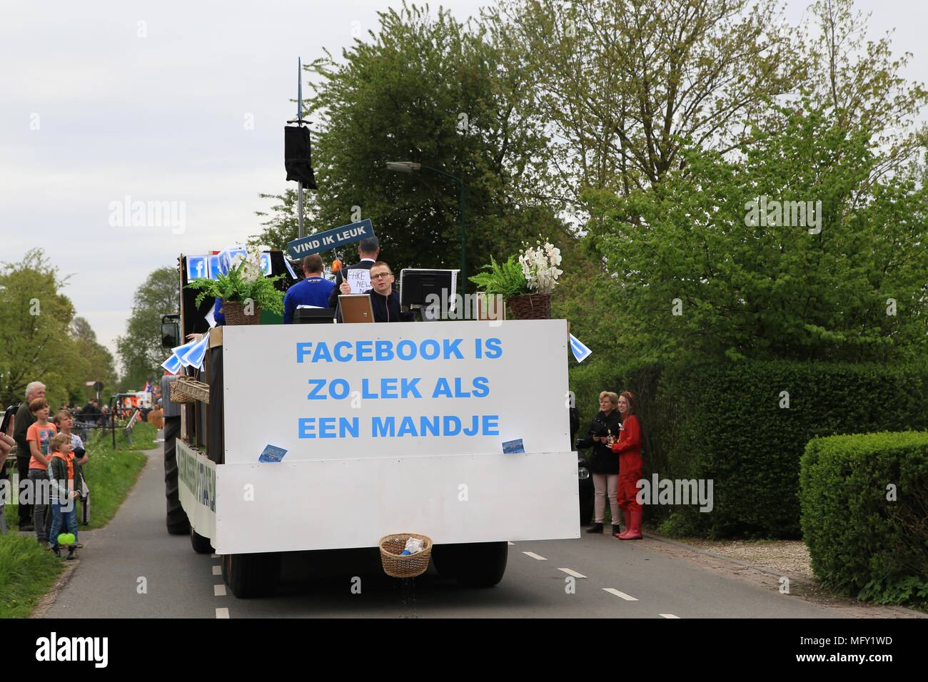 Tienhoven, Netherlands. 27th Apr, 2018. Kingsday Netherlands Tienhoven 27-04-2018 procession Credit: Catchlight Visual Services/Alamy Live News - Stock Image