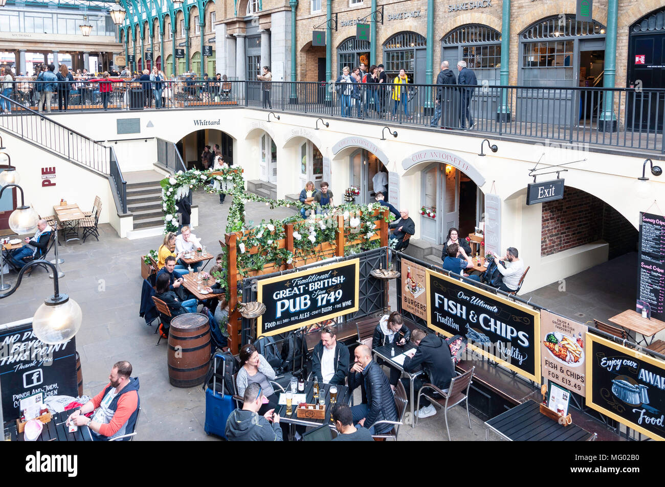 Punch and Judy Pub courtyard garden in Covent Garden Market, Covent Garden, City of Westminster, London, England, United Kingdom - Stock Image