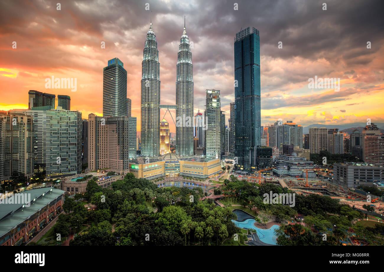 Twin Petronas towers under a kuala lumpur sunset - Stock Image
