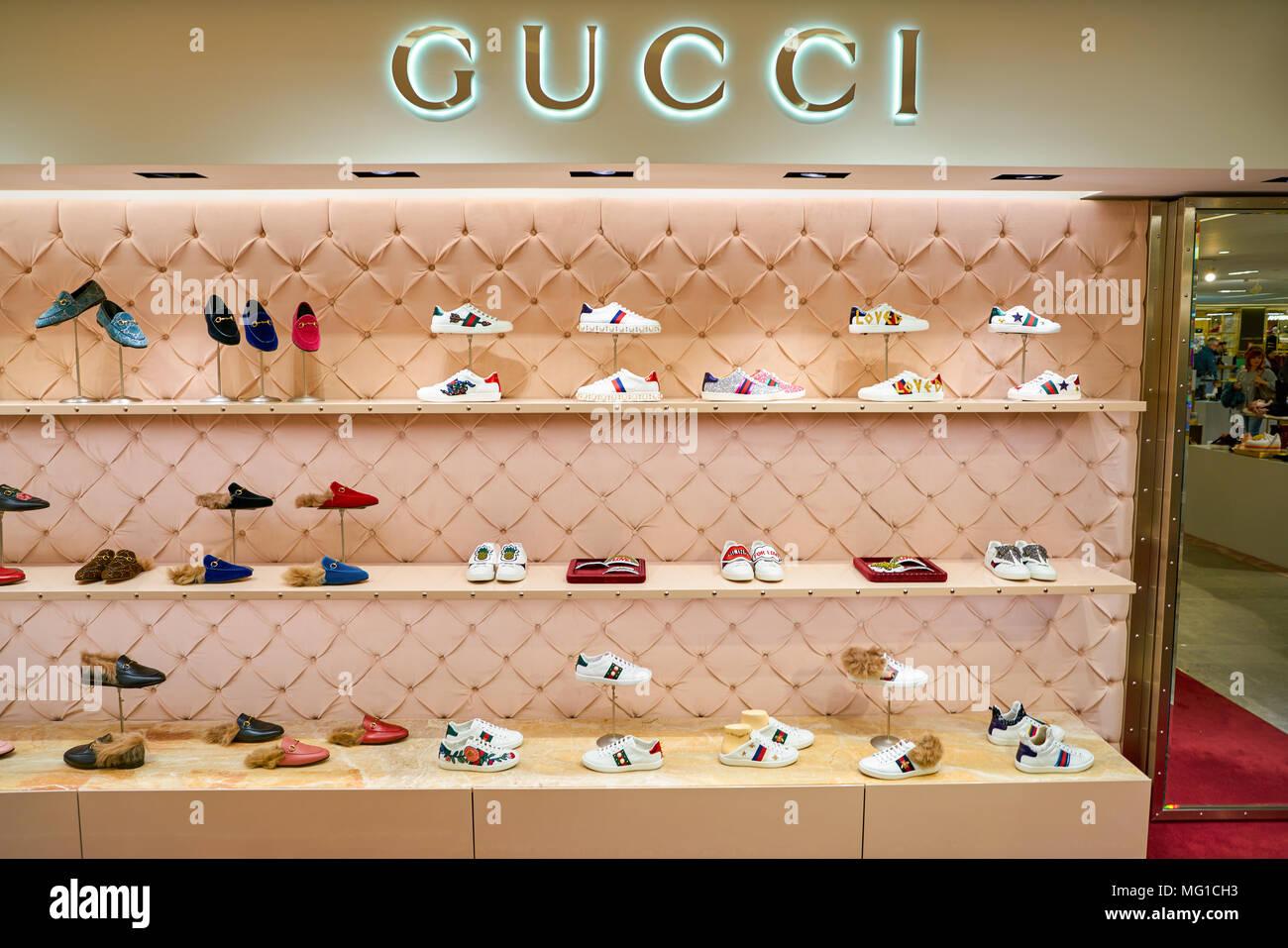 enorme inventario vende uomo MILAN, ITALY - CIRCA NOVEMBER, 2017: Gucci shoes on display ...