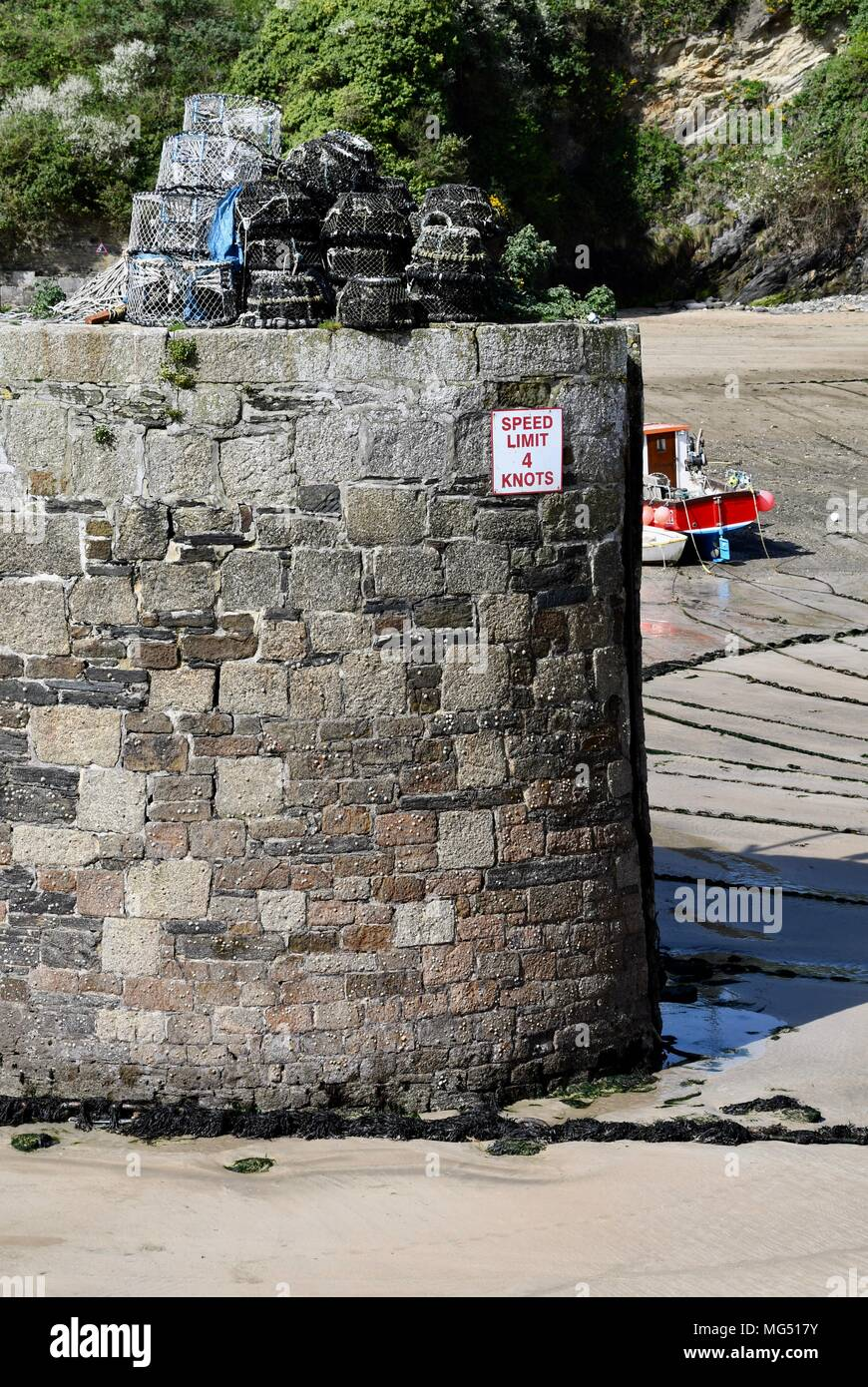 Sea wall in Newquay harbour at low tide - Stock Image