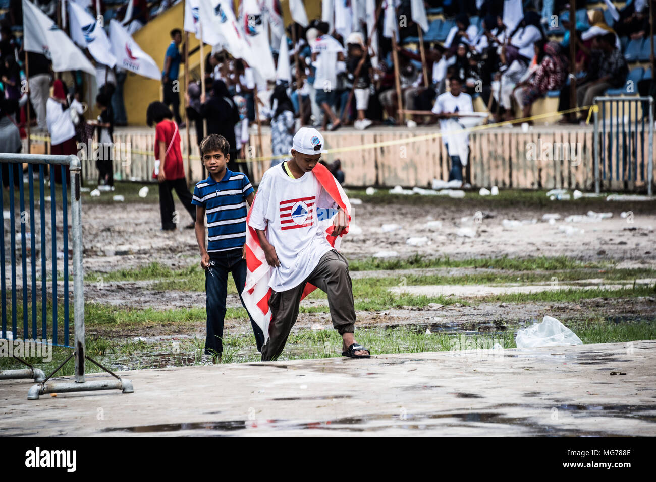Sabah, Malaysia, 28 April 2018. Nomination Day is a washout in Semporna, but the rain doesn't stop supporters in this hotly contested state - Semporna, Sabah, Malaysia, 28 April 2018 Credit: Elizabeth Fitt/Alamy Live News - Stock Image