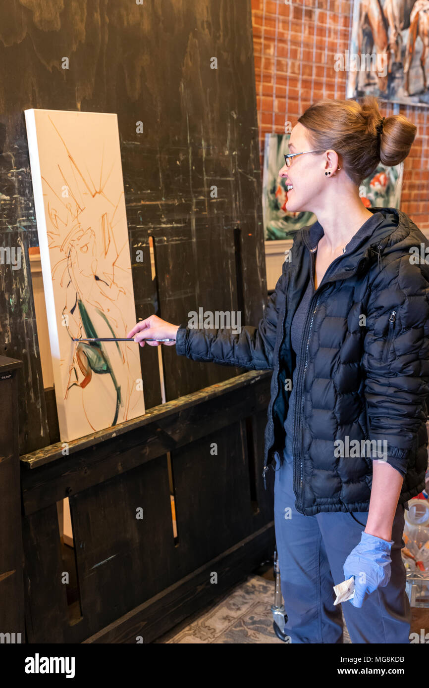Fine artist Katie Maher creating an oil painting in her gallery; Salida; Colorado; USA - Stock Image
