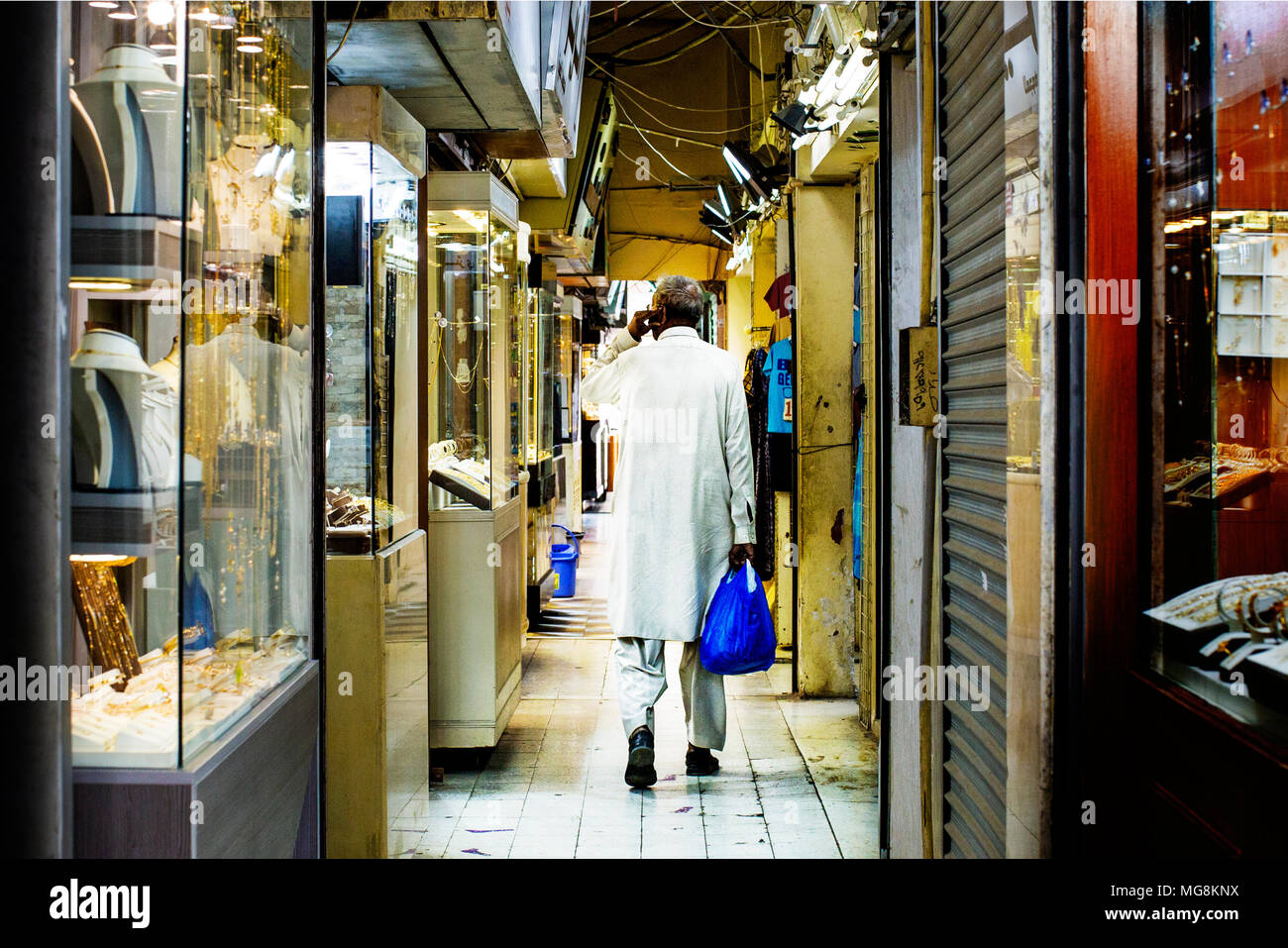 Man shopping in a souq in Kuwait - Stock Image