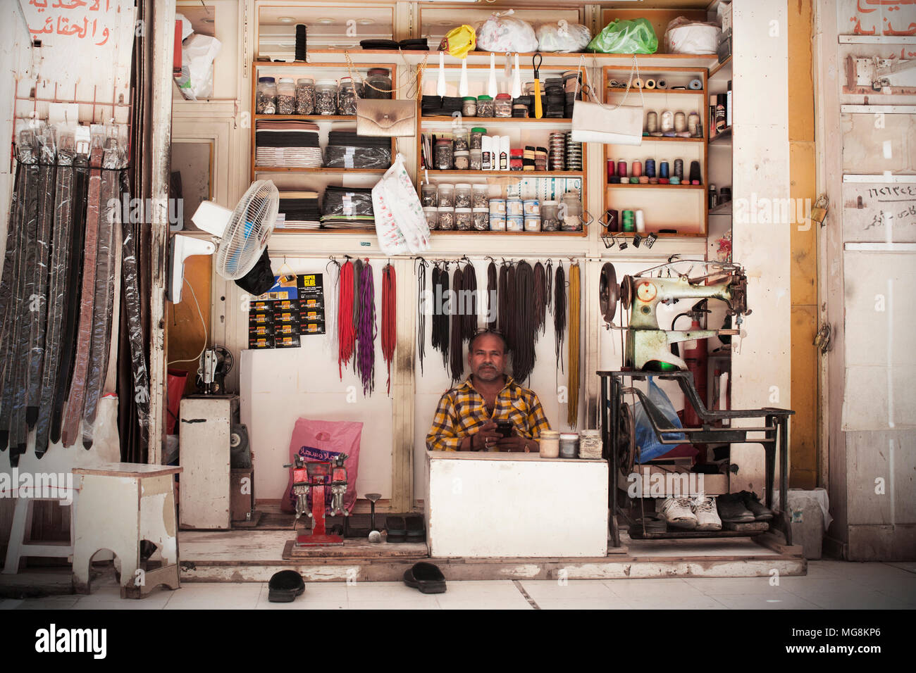 Shoe repairer in a souq in Kuwait - Stock Image