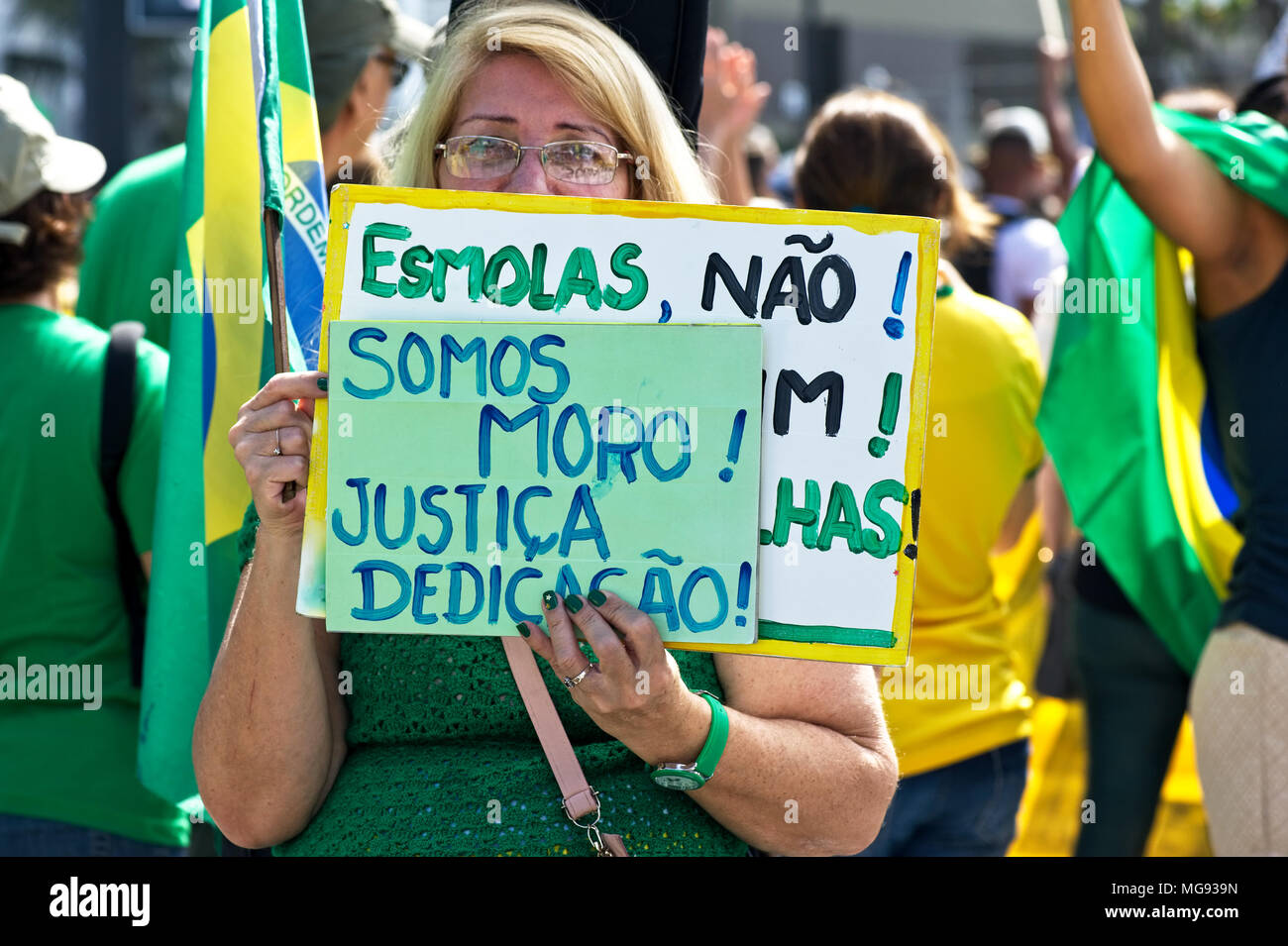 Brazil - July 31, 2016: A woman shows her support for anti-corruption efforts being pursued by the judge Sergio Moro and the Operation Car Wash - Stock Image