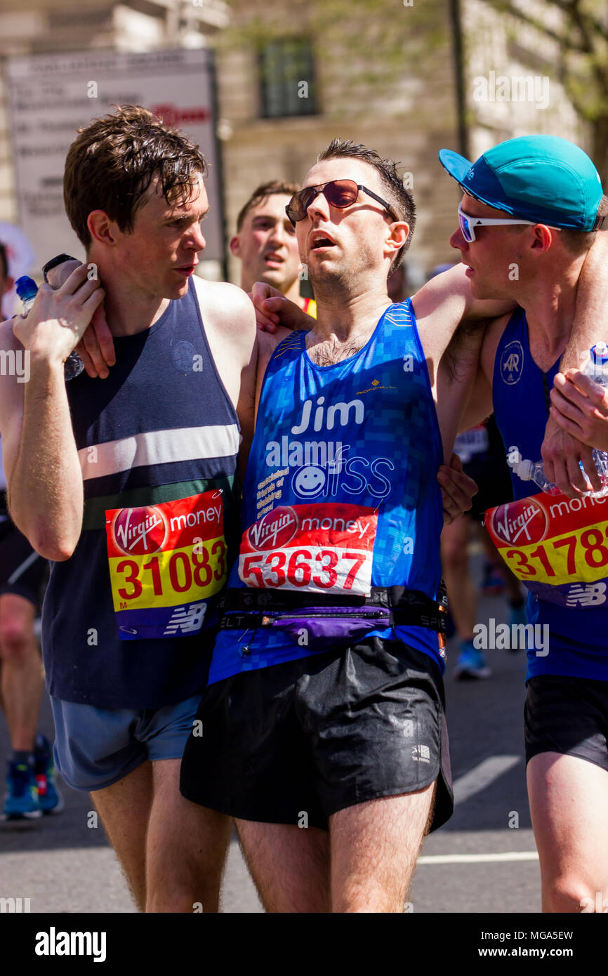 St James's Park, Birdcage Walk, London,UK. 22nd April, 2018. Elite and thousands of fun runners head towards Buckingham Palace in brilliant Spring sun Stock Photo