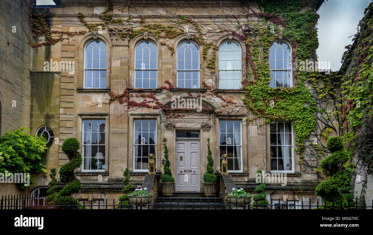 A large elegant Georgian fronted limestone town house nestles in amoungst the elegant street of the famous Cotswolds market town of  Chipping Campden Stock Photo