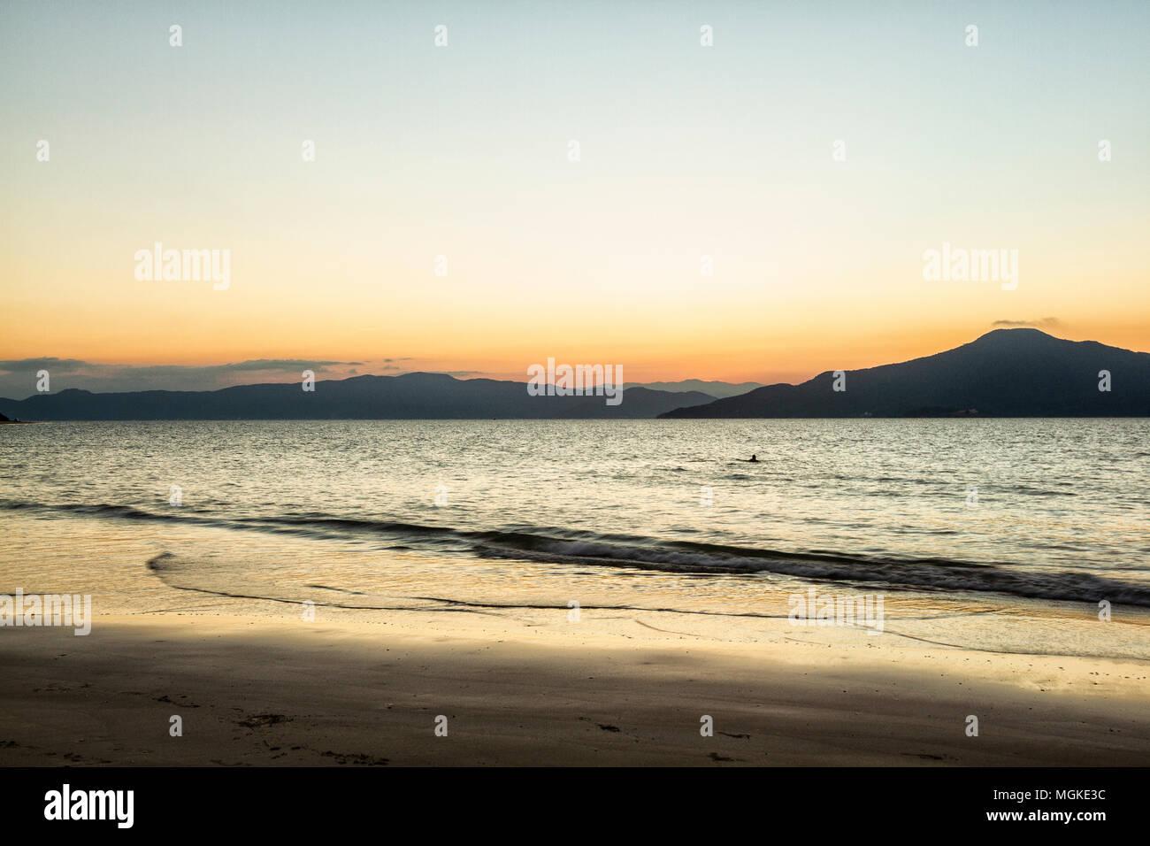 Praia da Daniela ao anoitecer. Florianópolis, Santa Catarina, Brasil. / Daniela Beach at dusk. Florianopolis, Santa Catarina, Brazil. - Stock Image