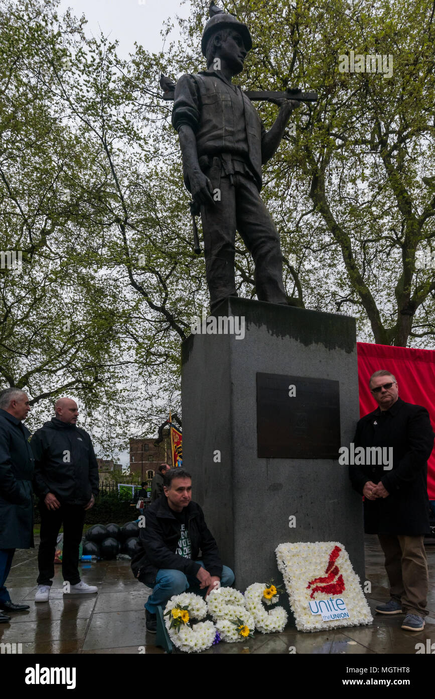 London, UK. 28 April 2018.  People lay wreaths for Unite and the Construction Safety Campaign at the International Workers' Memorial Day rally at the statue of a building worker on Tower Hill remembering all those killed at work, around 500 in the last ten years, mainly in the construction industry, as well as those injured, disabled and made unwell, almost all in preventable incidents. Credit: ZUMA Press, Inc./Alamy Live News - Stock Image