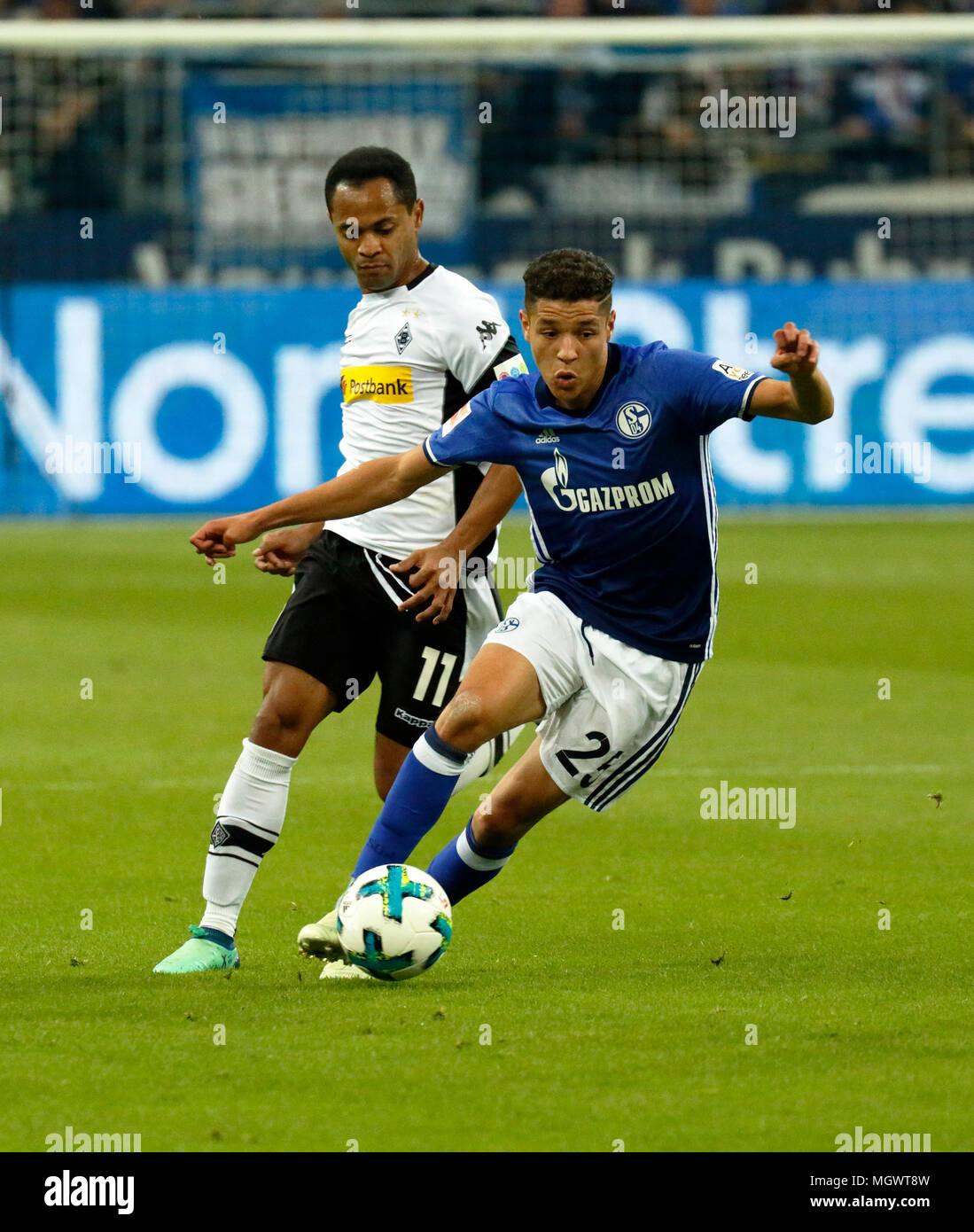 sports, football, Bundesliga, 2017/2018, FC Schalke 04 vs Borussia Moenchengladbach 1:1, Veltins Arena Gelsenkirchen, scene of the match, Amine Harit (S04) in ball possession, left Raffael (MG) - Stock Image