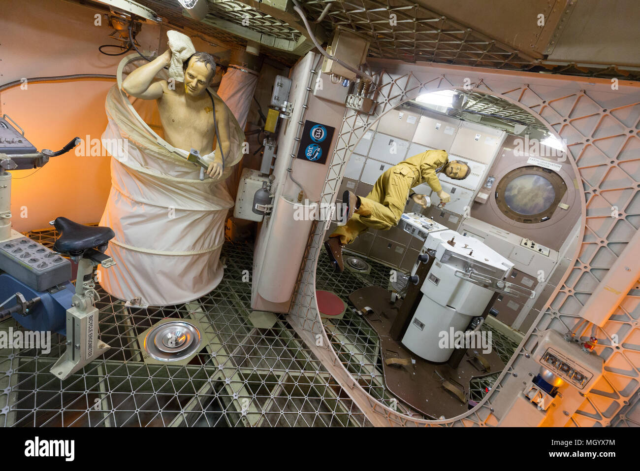 https://c8.alamy.com/comp/MGYX7M/interior-of-the-skylab-trainer-johnson-space-center-houston-texas-usa-MGYX7M.jpg