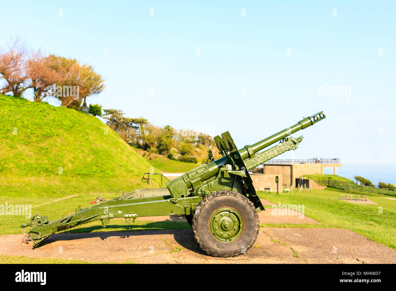 England, Dover castle. World War two 25 pounder guns with the Admiralty look-out in distance. - Stock Image