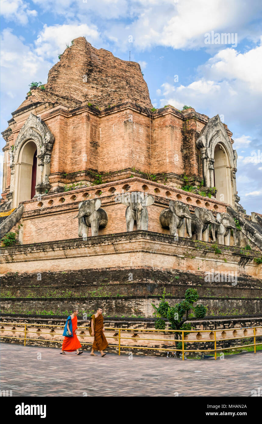 Buddhist monks in front of the ancient Stupa of Wat Chedi Luang, Chiang Mai, Northern Thailand | Buddhistische Mönche vor der Stupa im Wat Chedi Luang - Stock Image