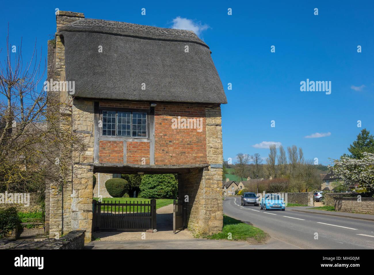 England, Warwickshire, Long Compton church Lych gate & road - Stock Image