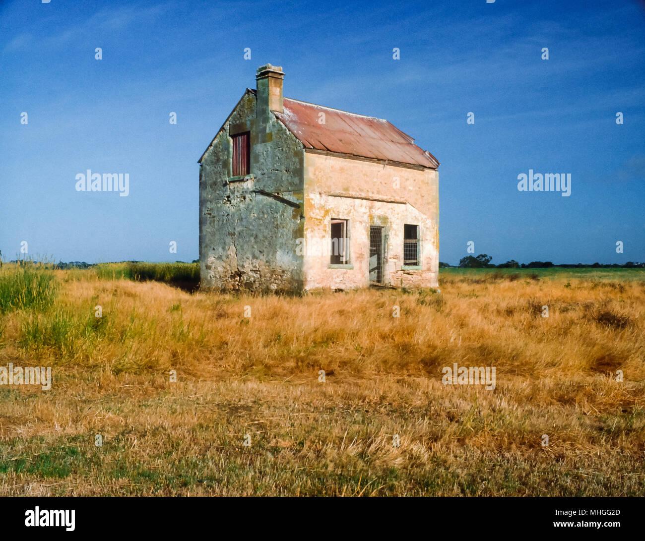 Abandoned sandstone farmhouse near Mount Gambier, South Australia, Australia - Stock Image